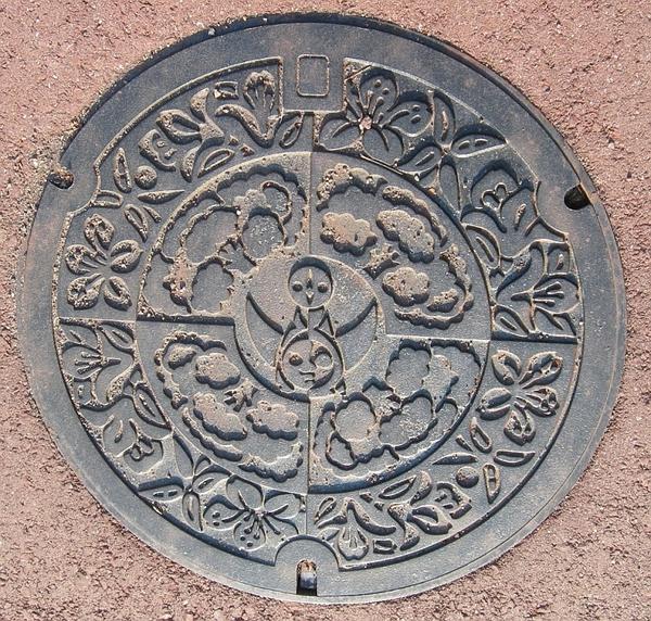 吹田市のマンホールは太陽の塔のマーク入り